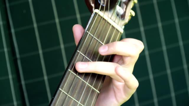 Manos-de-mujer-tocando-guitarra-acústica