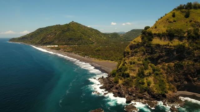 Paisaje-tropical-playa-mar-montañas
