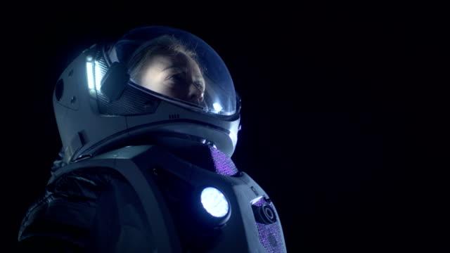 Retrato-de-hermosa-mujer-astronauta-espacio-caminando-mirando-a-su-alrededor-con-asombro-Viajes-espaciales-exploración-extraterrestre-y-concepto-de-colonización-del-Sistema-Solar-