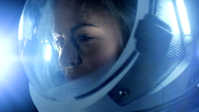 Retrato-de-hermosa-mujer-astronauta-espacio-caminando-mirando-con-asombro-espacio-estación-ilumina-su-rostro-Viajes-espaciales-exploración-y-concepto-de-colonización-del-Sistema-Solar-