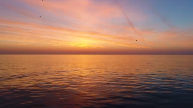 Hermoso-amanecer-sobre-el-video-de-agua-de-mar