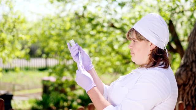 Un-veterano-de-la-mujer-lleva-una-vacuna-jeringa