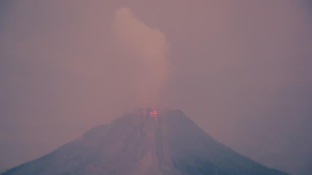 Sinabung-vulkanische-Eruption-Nacht-Zeitraffer-Clip-Indonesien