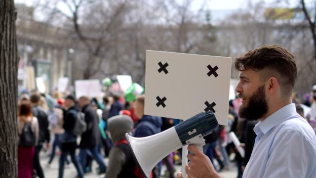 Popular-Europeo-en-la-demostración-Hombre-con-un-cartel-gritando-en-una-boquilla-