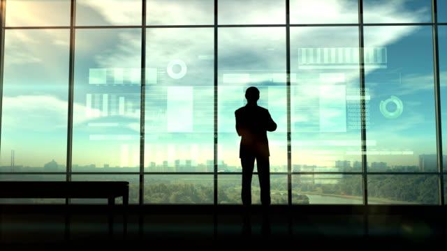 Silhouette-eines-Händlers-im-Büro-vor-Infografiken
