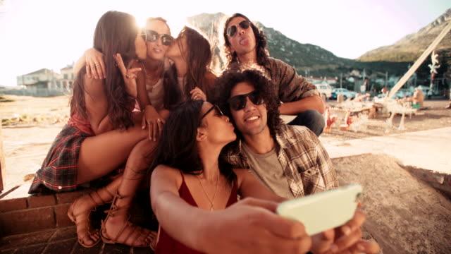 Hipster-Grupo-multiétnico-en-el-harbour-tomando-autofoto-viaje-por-carretera