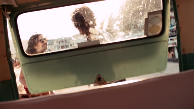 Hipster-Paar-mit-einem-Koffer-aus-dem-klassisch-transporter