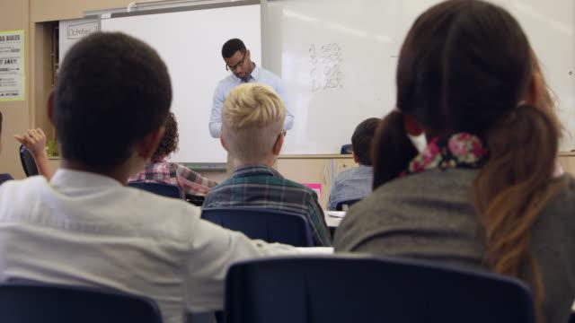 Tilt-Schuss-von-Lehrer-und-5-Schwierigkeitsgrad-Mathematik-Klasse-aufgenommen-mit-R3D