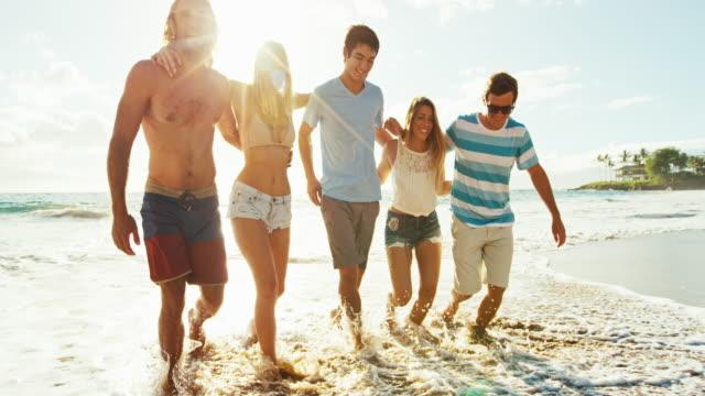 Amigos-en-la-playa-al-atardecer
