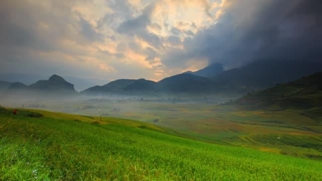 Arrozales-en-terrazas-de-Mu-Cang-Hai-YenBai-Vietnam-Campos-de-arroz-preparan-la-cosecha-en-el-noroeste-Vietnam-Vietnam-paisajes-