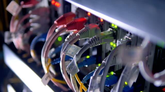 Cables-de-enchufe-supercomputadora-para-la-minería-cryptocurrency-4K-