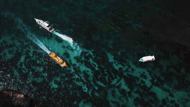 Barcos-que-pasan-uno-al-otro-en-la-isla-Tropical-con-cristal-claro-Océano-agua-4K
