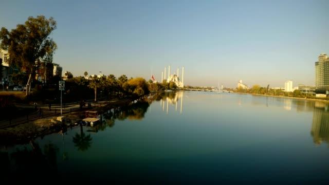 puente-del-río-Seihan-y-Sabancı-Merkez-mezquita-en-el-día-soleado-centro-de-Adana
