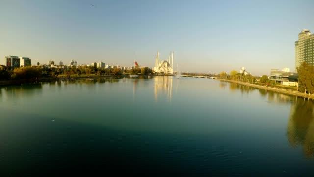calmar-el-río-una-bandera-turca-de-luto-y-una-mezquita-de-la-gran-ciudad-central-en-la-ciudad-de-Adana