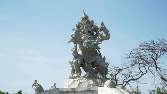 Estatua-de-Dios-lucha-con-monos-en-Pura-Luhur-Uluwatu-Bali