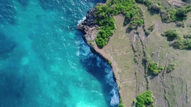 Acantilado-con-las-olas-rompiendo-contra-una-costa-rocosa-Nusa-Penida-Indonesia-