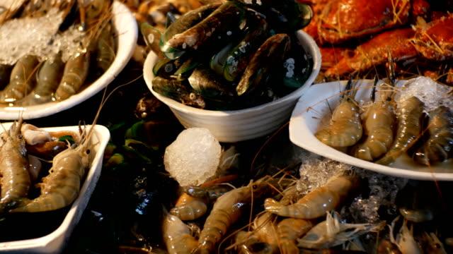 Asia-mariscos-gambas-cigalas-cangrejos-en-el-mostrador-de-mercado-nocturno-de-la-calle-Tailandia-Pattaya