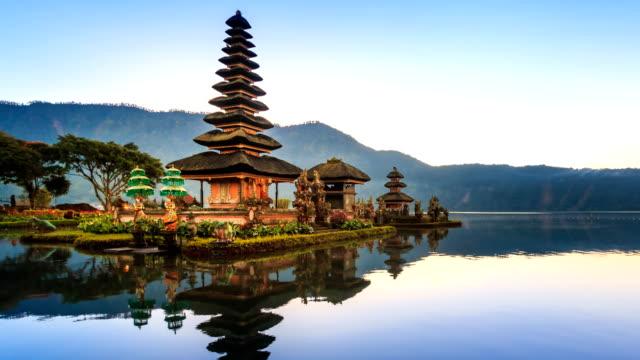 Pura-Ulun-Danu-Bratan-templo-de-agua-lugar-del-recorrido-de-señal-Bali-de-Indonesia-4K-Time-lapse-(zoom-out)