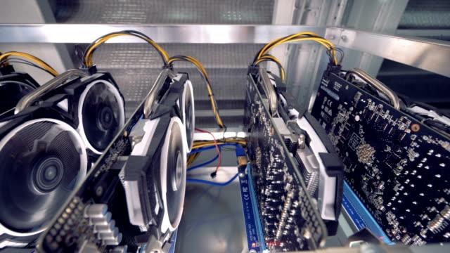 Estantes-con-tarjetas-gráficas-en-cryptocurrency-moderna-minería-centro-de-datos-