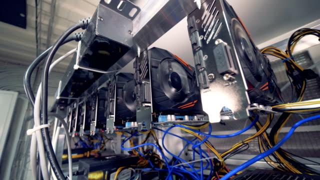 Unidades-de-procesamiento-gráfico-son-minería-bitcoins-en-una-plataforma-de-minería