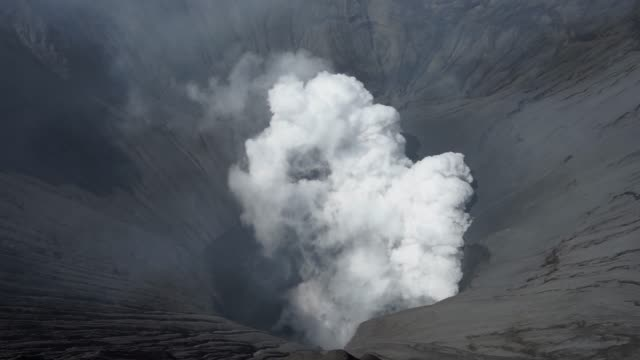 Mount-Bromo-crator-and-vent-Active-volcano-in-the-world-