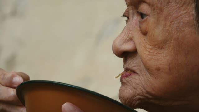 90-años-de-edad-para-arriba-Asia-anciana-saludable-almuerzo-vista-lateral-