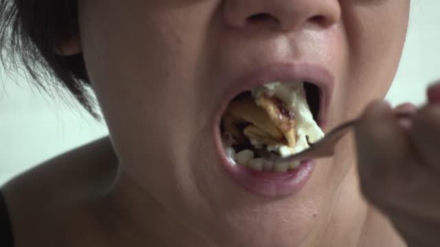 mujer-comer-Crepe-cerrar-boca-tiro