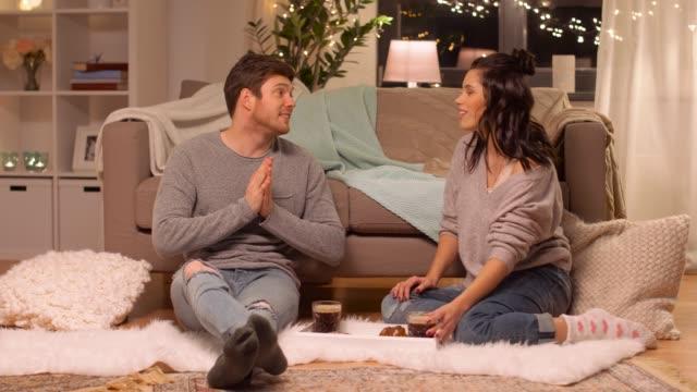 pareja-feliz-tomando-café-en-casa