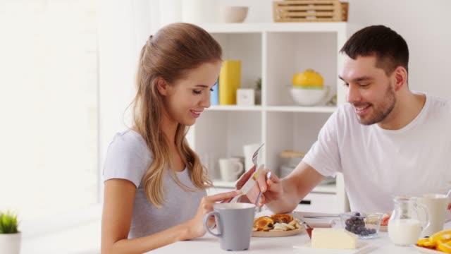 feliz-pareja-desayunando-en-casa