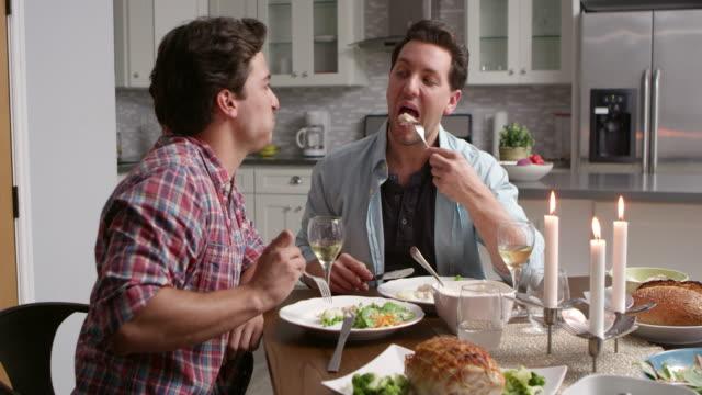 Männlichen-Homosexuell-Paare-haben-ein-candlelight-Dinner-in-ihrer-Küche-auf-R3D-gedreht