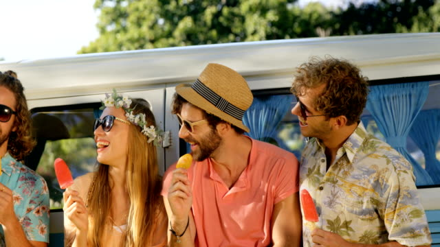 Hipster-Freunden-Eis-essen