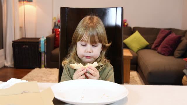 niño-devorando-final-de-pizza-en-casa