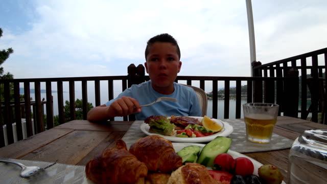 Niño-desayunando-en-al-aire-libre