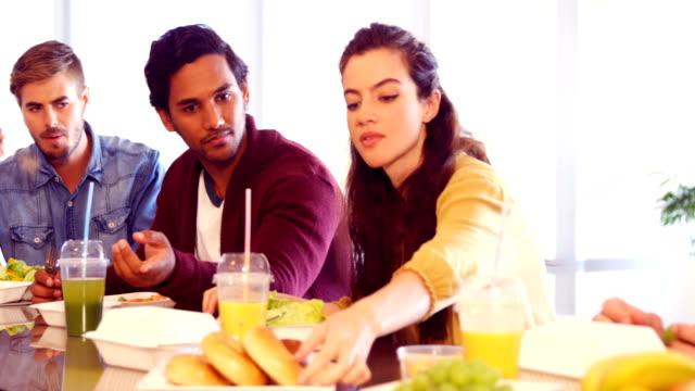 Compañeros-de-trabajo-tener-comida-en-cafetería
