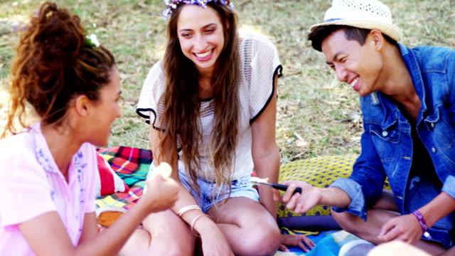 Amigos-que-se-divierten-en-el-festival-de-música-de-4k