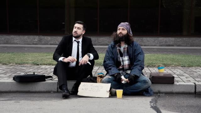 Geschäftsmann-und-Obdachlosen-auf-Bürgersteig