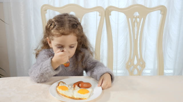 Kid-has-a-breakfast-at-the-kitchen