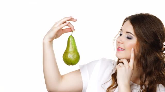 Mujer-que-sostiene-la-fruta-pera-aislado-Dieta-saludable-