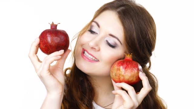 Mujer-alegre-tiene-frutas-de-Granada