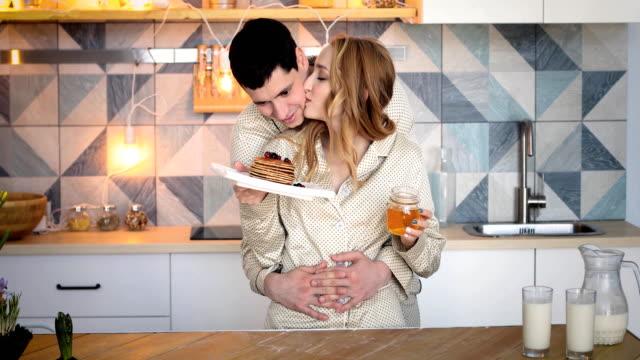 joven-pareja-en-la-cocina-antes-de-un-desayuno