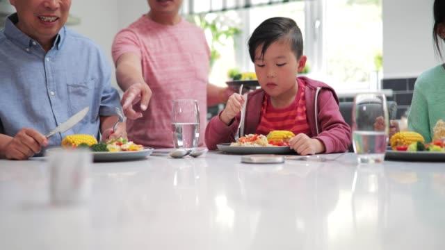 Niño-disfrutando-de-su-cena-de-Fry-Stir