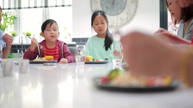 Children-Enjoying-a-Stir-Fry-with-Family