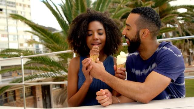 Par-comer-helado-en-la-playa-4k