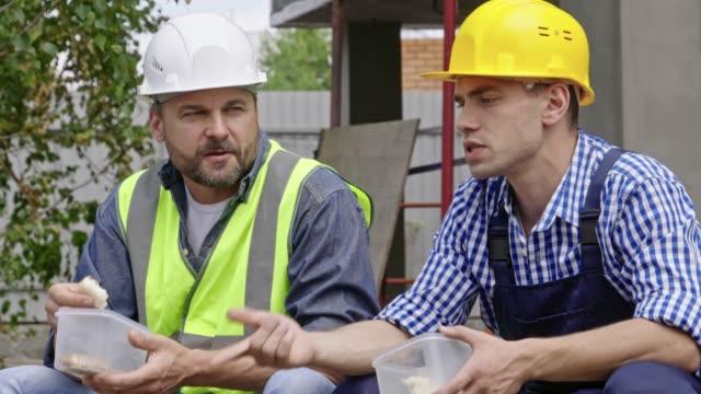 Hombres-ingenieros-tomar-descanso-en-el-trabajo