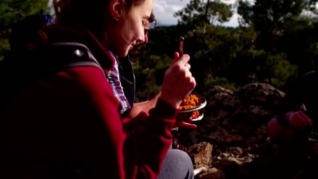 Jóvenes-amigos-tener-un-picnic-en-la-montaña