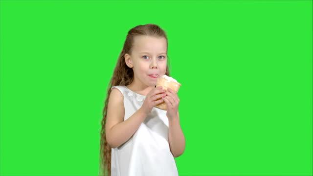 Kid-niña-comiendo-helado-en-una-pantalla-verde-Chroma-Key