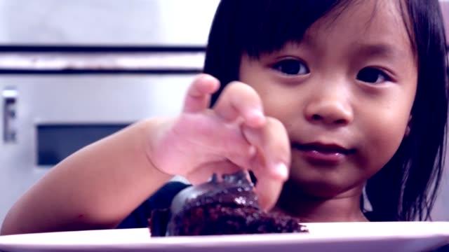 Una-felicidad-de-torta-infantil-de-niña