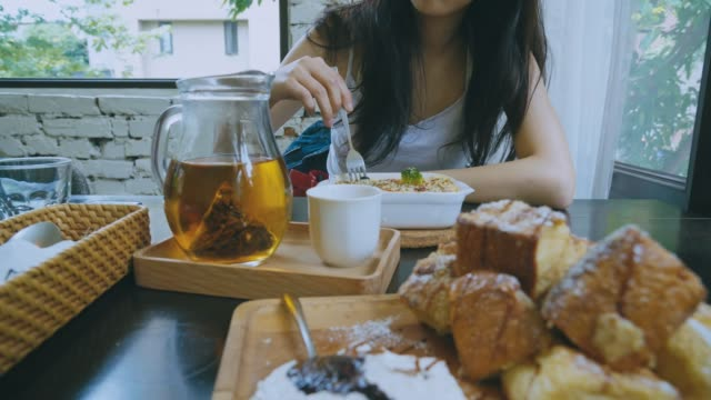 Beautiful-Asian-girl-chatting-with-friends-at-lunch-time
