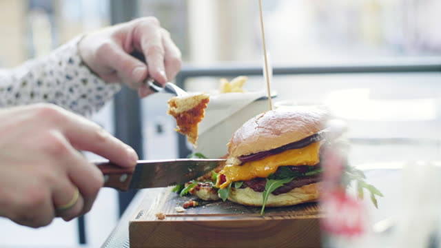 Hombre-hipster-comiendo-una-hamburguesa