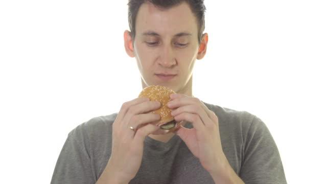 Joven-come-una-hamburguesa-comida-poco-saludable-